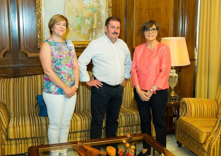 La presidenta de la Asamblea Regional, Rosa Peñalver, recibe al alcalde de Totana, Andrés García Cánovas, y a la concejala de Recursos Humanos y Atención al Ciudadano del Gobierno municipal, Gertrudis Ruiz