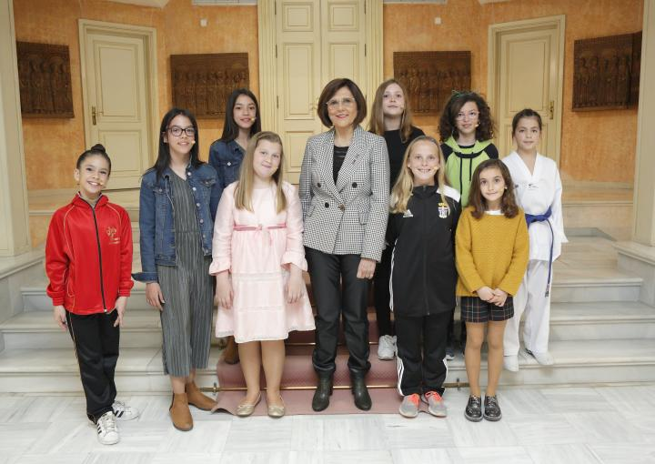 La presidenta de la Asamblea Regional, Rosa Peñalver, con las protagonistas del acto del Día Internacional de la Mujer