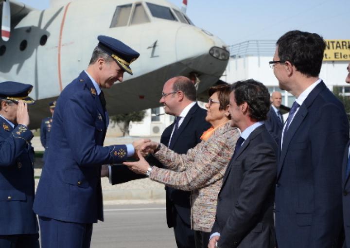 La presidenta de la Asamblea, Rosa Peñalver saluda a S.M. El Rey Felipe IV, en la Base Aérea de Alcantarilla.