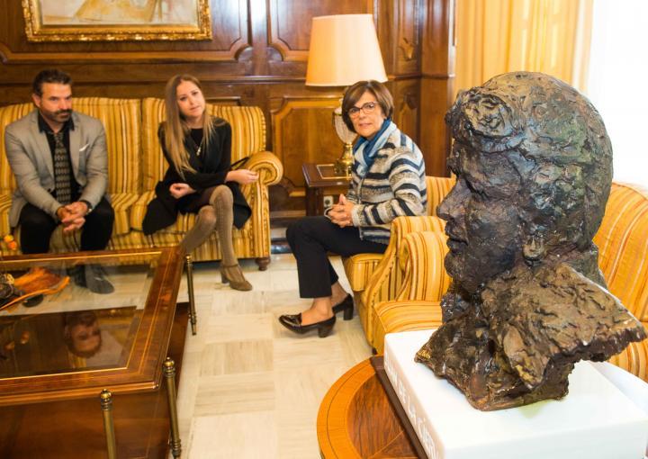 La presidenta de la Asamblea Regional ha recibido a la bisnieta del ingeniero murciano, Laura de la Cierva, y al escultor lorquino Antonio Soler