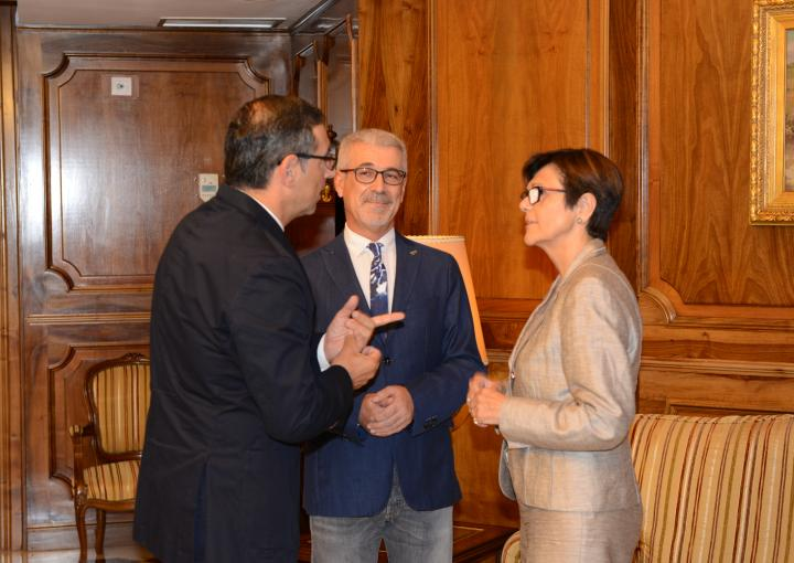 La presidenta de la Asamblea, Rosa Peñalver, con el presidente y el secretario del CES