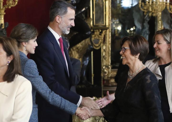 La presidenta de la Asamblea Regional saluda a los Reyes de España