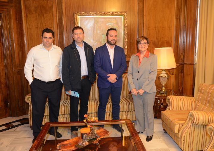 Juan José López, presidente de Hostecar, y su junta directiva han visitado a la presidenta de la Asamblea Regional