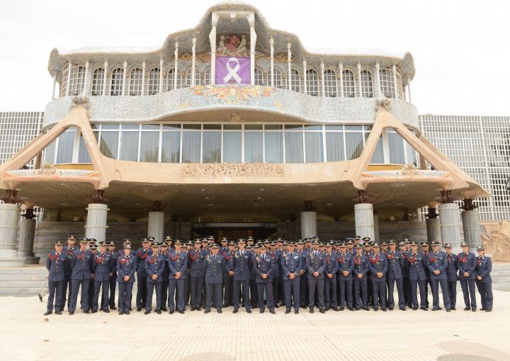 Elcoronel director de la Academia General del Aire, Miguel Ivorra Ruiz, junto con tres profesores y 73alumnos de segundo curso del Cuerpo General del Ejército del Airevisitan la Asamblea Regional