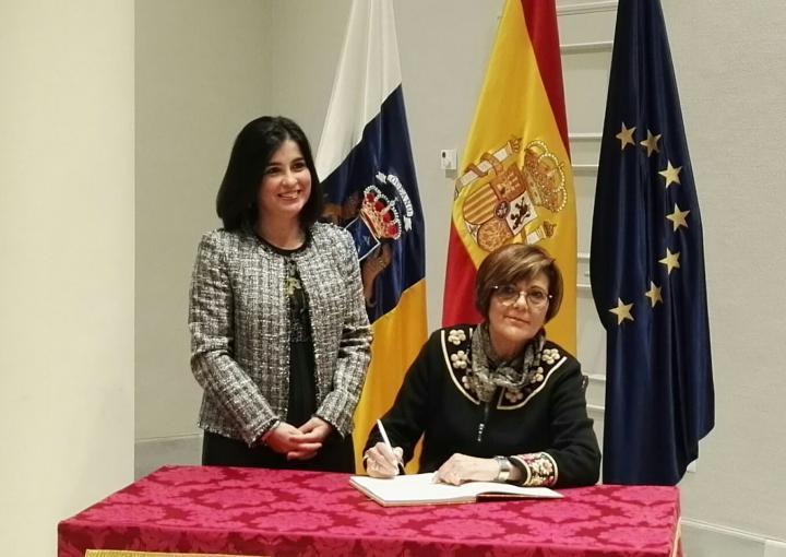 La presidenta de la Asamblea Regional, Rosa Peñalver, firma en el Libro de Honor del Parlamento canario