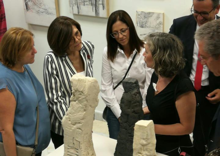 """La presidenta de la Asamblea Regional, Rosa Peñalver, asiste a la inauguración de la exposición colectiva """"miradA de artistA"""
