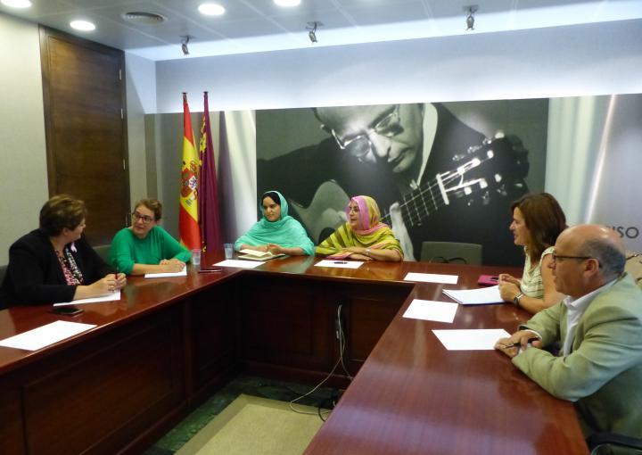 La delegada saharaui en la Región, Fatma Mohamed Salem, se ha reunido con el Grupo Interparlamentario