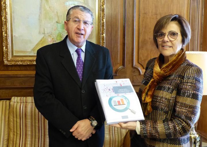 La presidenta de la Cámara autonómica, Rosa Peñalver, ha recibido de manos del presidente del Consejo Escolar de la Región, Juan Castaño, el 'Informe Bienal sobre el sistema educativo en la Región de Murcia. Cursos 2012-2013 y 2013-2014' y la 'Memoria anu