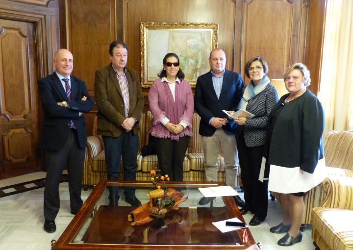 La presidenta de la Asamblea, Rosa Peñalver, ha recibido a la junta directiva del CERMI