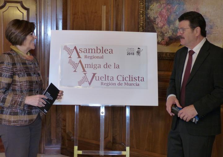 La presidenta de la Asamblea, Rosa Peñalver, y el director de la ronda internacional, Francisco Guzmán, han firmado un convenio de colaboración