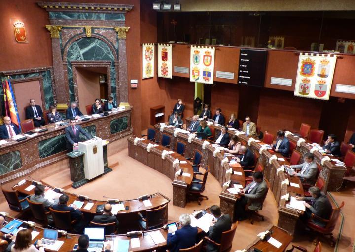 Imagen de la sesión plenaria del 8 de marzo, con los escaños de las diputadas de Podemos vacíos