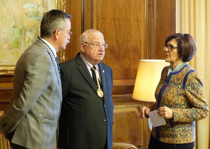 La presidenta de la Asamblea Regional, Rosa Peñalver, ha recibido hoy al  Hermano Mayorde la Junta de Gobierno del Hospital de Caridad, José Vera, y aldirector del Hospital de Caridad, Miguel Pereda