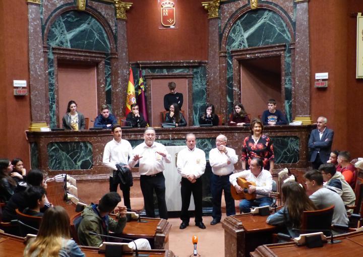 La Asociación de Troveros José María Marín acerca el trovo a los jóvenes del IES Valdivieso, de Mazarrón