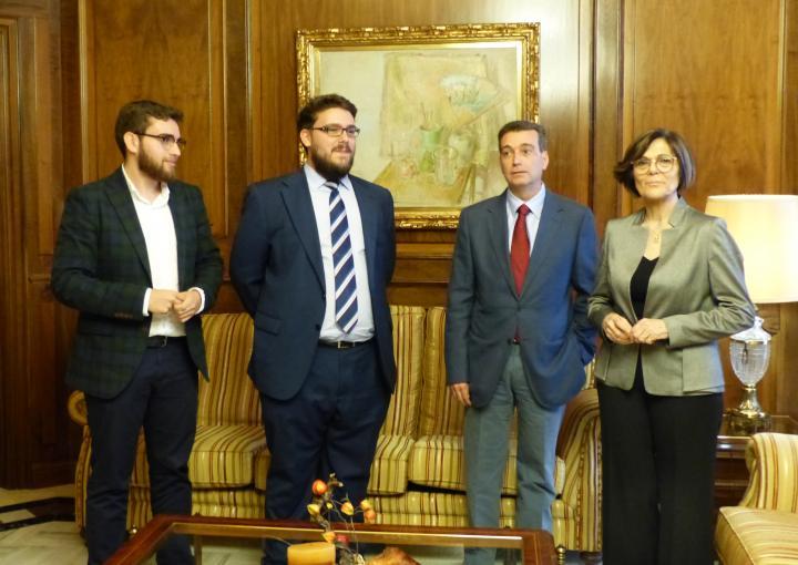 La presidenta de la Asamblea, Rosa Peñalver, ha recibido al director académico del Club de Debate de la Universidad de Murcia, Luis Gálvez, acompañado por el presidente, Francisco Javier Torres, y el secretario, José Miguel Rojo