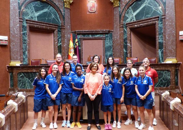 La presidenta de la Asamblea, Rosa Peñalver, ha recibido al Club Jimbee Roldán