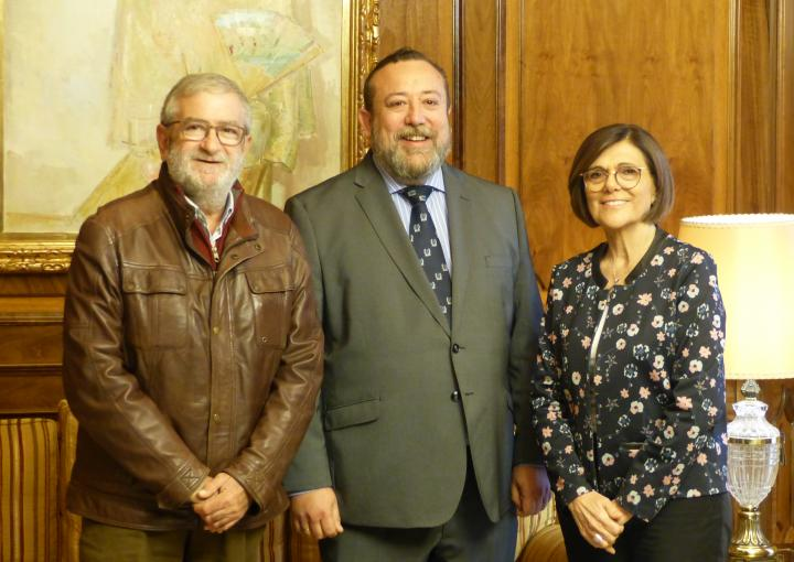 La presidenta de la Asamblea Regional, Rosa Peñalver, ha recibido al decano del Colegio Oficial de Periodistas de la Región de Murcia, Juan Antonio de Heras, y al miembro de su directiva, Alberto Castillo