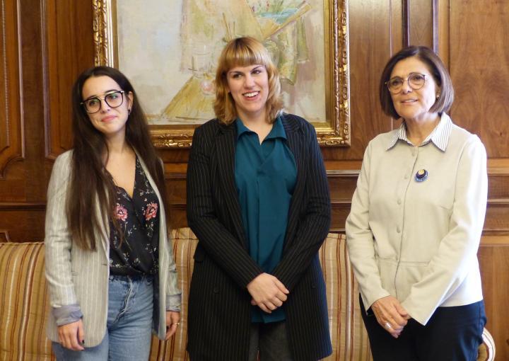 La presidenta de la Asamblea Regional, Rosa Peñalver, ha recibido a la presidenta de la asociación Mujeres Jóvenes de la Región de Murcia, Mujomur, Loola Pérez, y a la socia de la misma, Mabel García