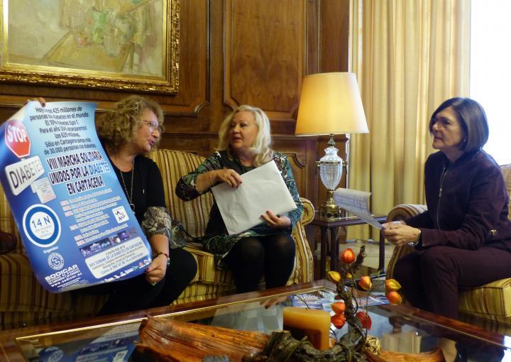 La presidenta de la Asamblea, Rosa Peñalver, con la presidenta de la Sociedad de Diabetes de Cartagena y su Comarca, Sodicar, María Dolores García, y la gerente, María José Martínez