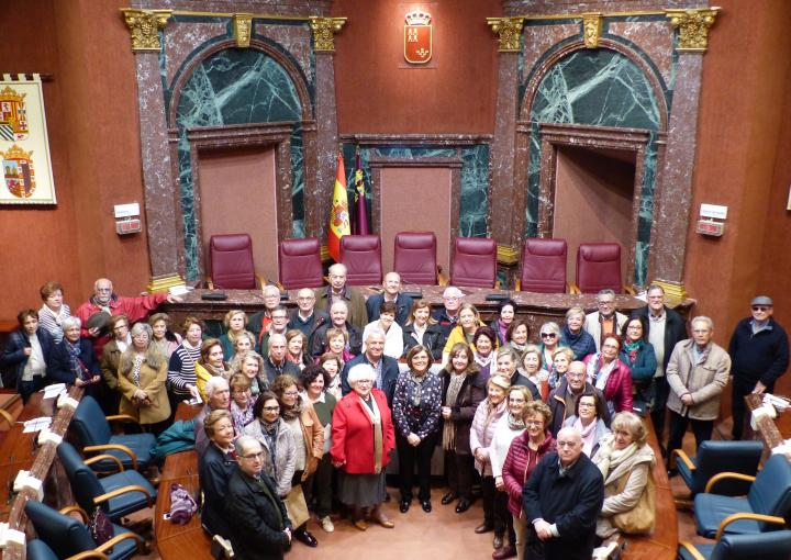 La presidenta de la Cámara, Rosa Peñalver, con integrantes de UMAY-UPCT Cartagena