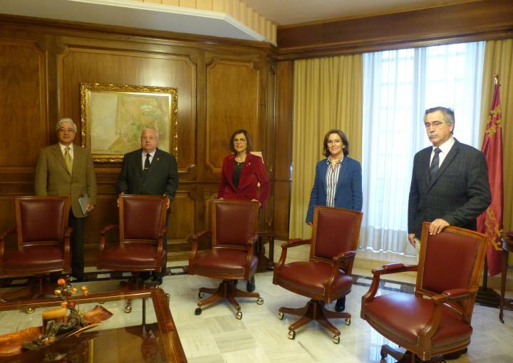 La presidenta de la Asamblea Regional, Rosa Peñalver, ha entregado al Hermano Mayor del Santo y Real Hospital de Caridad de Cartagena, José Vera