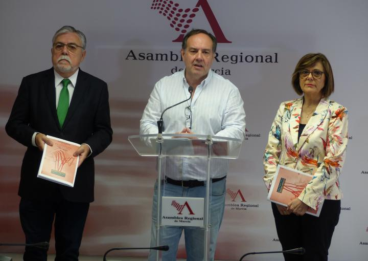 La presidenta de la Asamblea Regional, Rosa Peñalver, y los codirectores del CEMOP, Juan José García Escribano e Ismael Crespo