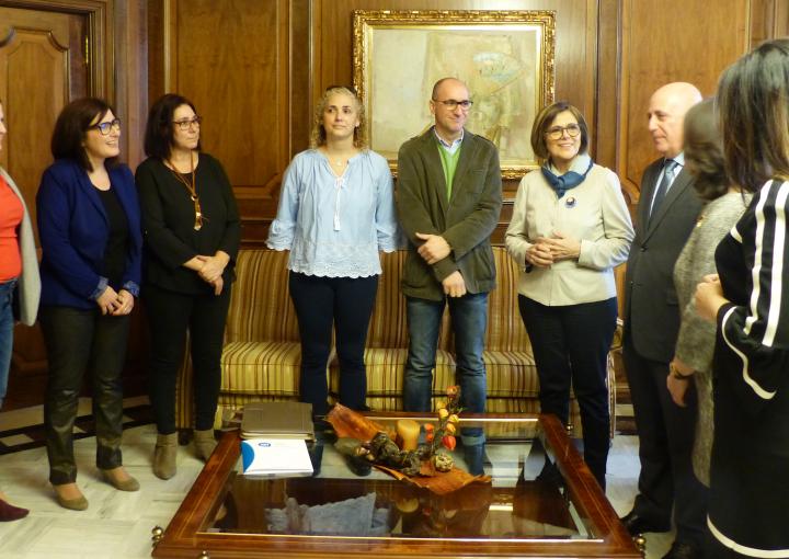 La presidenta de la Asamblea, Rosa Peñalver, con representantes de asociaciones de familias de personas sordas