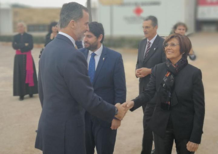 La presidenta de la Asamblea, Rosa Peñalver, saluda al Rey Felipe VI