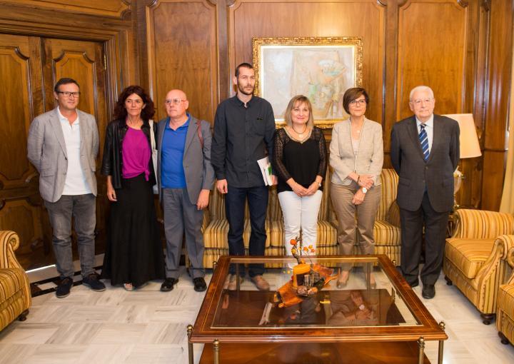 La presidenta de la Asamblea, Rosa Peñalver, ha recibido al presidente del Consejo de la Transparencia, y a un grupo de docentes, que desarrollan un programa piloto en centros escolares