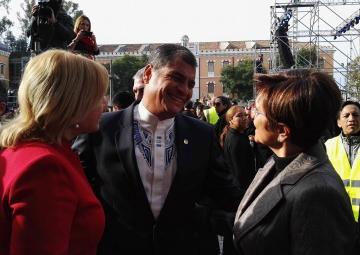 Rosa Peñalver saluda a Rafael Correa, en presencia de Violante Tomás