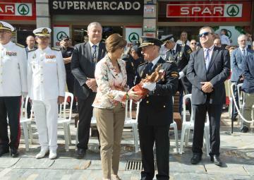 La presidenta de la Cámara, Rosa Peñalver, recoge la imagen del Santo Ángel Custodio de manos del comisario, jefe de la Comisaría de Cartagena, Ignacio del Olmo