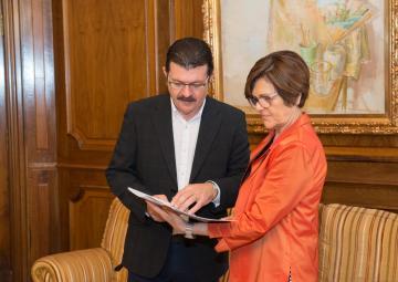 La presidenta de la Asamblea, Rosa Peñalver, se ha entrevistado esta mañana con el director de la Vuelta Ciclista a la Región de Murcia, Francisco Guzmán