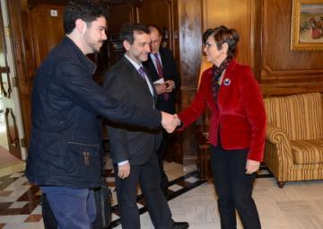La presidenta de la Asamblea Regional, Rosa Peñalver, saludando a Luis Gálvez y Manuel Antonio Paredes del Club de Debate  Universitario.