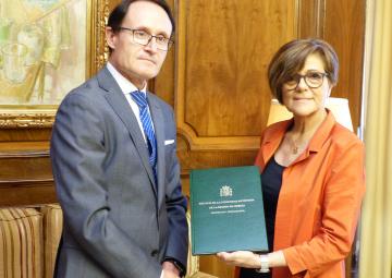 Díaz Manzanera entrega a la presidenta de la Cámara la 'Memoria de la Fiscalía de la Comunidad Autónoma de la Región de Murcia 2017, ejercicio 2016'