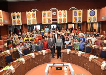 Aldeas Infantiles SOS ha traído a la Asamblea Regional su programa 'Diputados por un día'