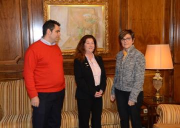 La presidenta de la Asamblea, Rosa Peñalver junto a Francisca Naranjo y Rafael Candel, presidenta y gerente de Hostecar.