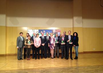 Foto de familia: premiados y autoridades, en los premios Laurel