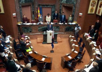 El Pleno de la Asamblea ha guardado un minuto de silencio en señal de protesta