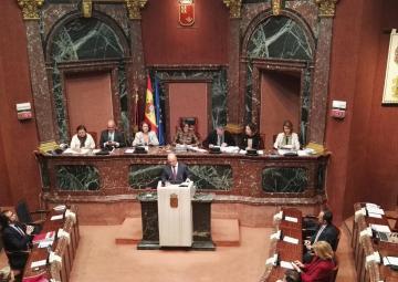 El consejero  de Hacienda y Administración Pública, Andrés Carrillo, defiende el proyecto de ley de Presupuestos