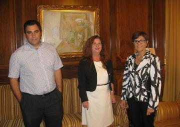 La presidenta de la Asamblea, Rosa Peñalver, con Francisca Naranjo presidenta de HOSTECAR, y Rafael Candel