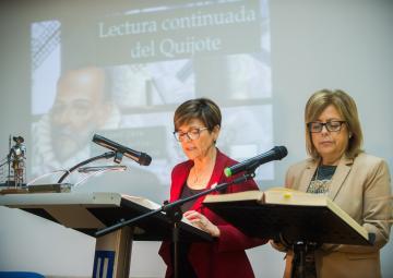 La presidenta de la Asamblea Regional, Rosa Peñalver, y la consejera de Educación y Universidades, Isabel Sánchez-Mora, en el atril