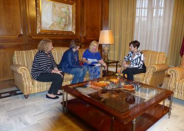 Representantes de Sodicar, encabezadas por su presidenta, María Dolores García Ros, se han reunido con la presidenta de la Asamblea, Rosa Peñalver