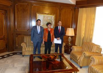 La presidenta de la Asamblea, con el rector de la UPCT y el vicerrector de Campus y Sostenibilidad