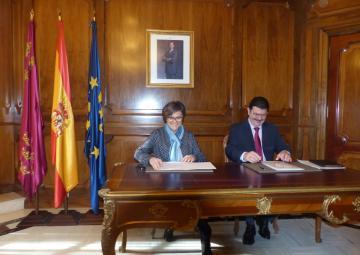 La presidenta de la Asamblea Regional, Rosa Peñalver, y el director de la Vuelta, Paco Guzmán, han firmado el patrocinio