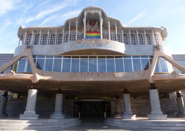 La Asamblea Regional de Murcia luce la bandera arcoíris