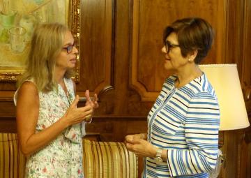 La nueva directora del centro territorial RTVE en Murcia, África Huerta, saluda a la presidenta de la Asamblea, Rosa Peñalver