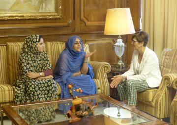 La presidenta de la Cámara, Rosa Peñalver, ha recibido a la nueva delegada saharaui en la Región, Fatma Mohamed Salem