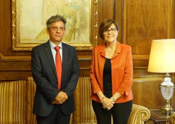 El cónsul de Ecuador en la Región de Murcia, Gustavo Mateus, se ha despedido de la presidenta de la Cámara autonómica, Rosa Peñalver