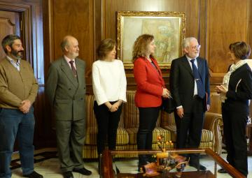 La presidenta del Parlamento autonómico ha saludado al candidato a rector de la Universidad de Murcia, y Catedrático de Filosofía Moral y Política, Emilio Martínez Navarro
