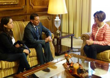 La presidenta de la Asamblea Regional de Murcia, Rosa Peñalver, ha mantenido una reunión protocolaria esta mañana con el cónsul de Ecuador en la Región, Carlos Espinoza
