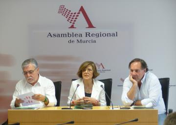 La presidenta de la Asamblea Regional, Rosa Peñalver, junto a Juan José García Escribano e Ismael Crespo, codirectores del CEMOP